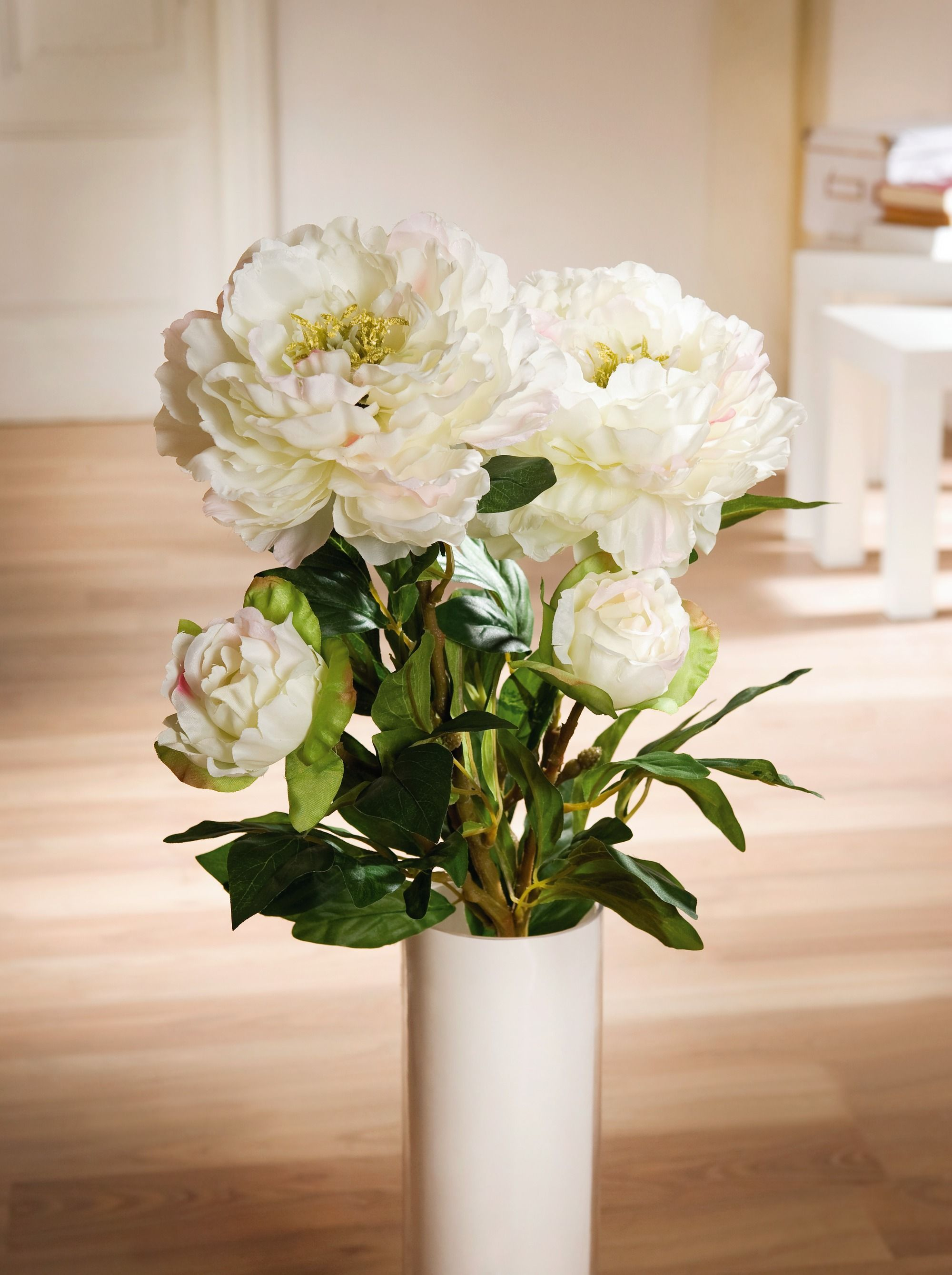 Для открытки, картинки белые пионы в стеклянной вазе
